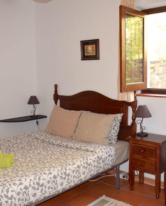 Zimmer 1 mit Fenster unterhalb des Jasmins und des Kräutergartens