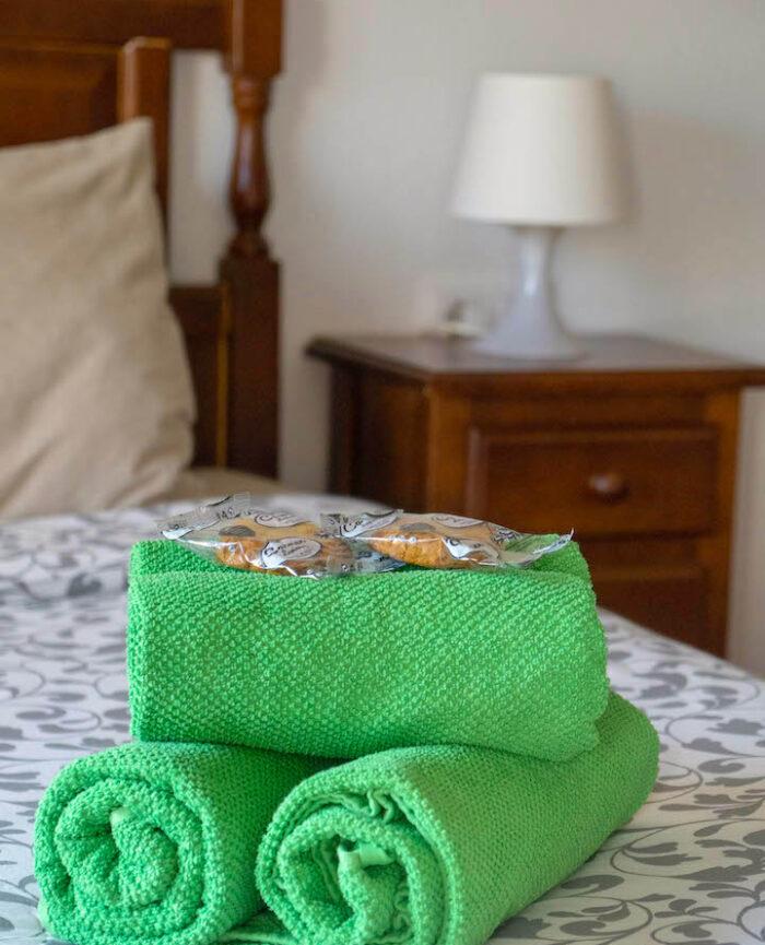 Zimmer 2 im Casa Vegana mit gemütlichem Doppelbett