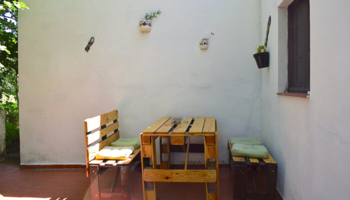 Handmade furniture on the shady terrace of Cottage Bajo el bosque
