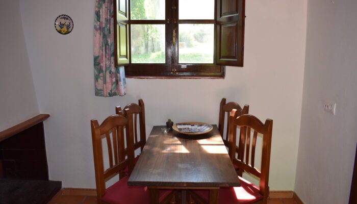 Dining area for four people in cottage La Solina with view of the garden