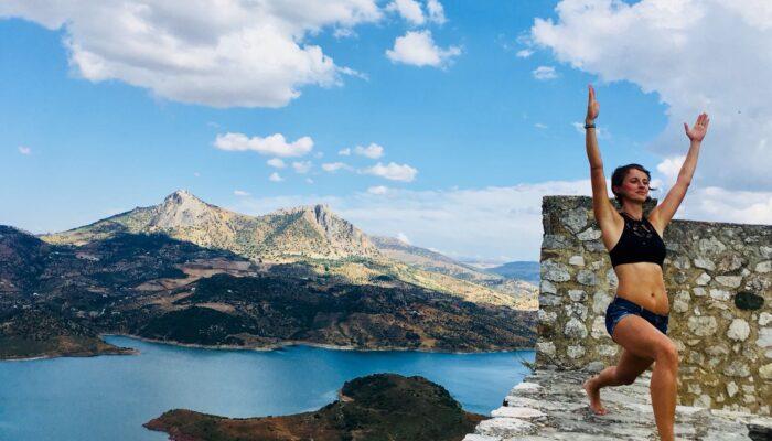 Yoga jeden Tag, hier auf der Burg von Zahara de la Sierra mit Blick auf den türkisblauen See und die Bergkette von El Gastor im Hintergrund