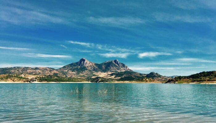 Ausblick auf die Zwillingsberge von El Gastor über den Stausee unterhalb von Zahara de la Sierra