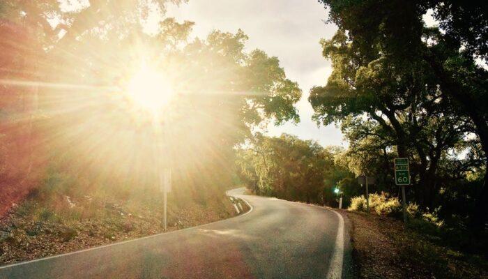 Die kurvigen Straßen hier in der Gegend bieten die schönsten Sonnenuntergänge