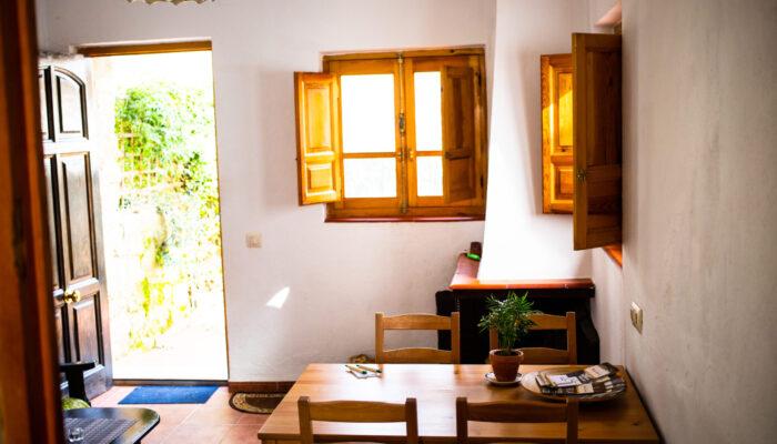 Der Esstisch im lichtdurchfluteten Salon des Casa Bajo el Bosque