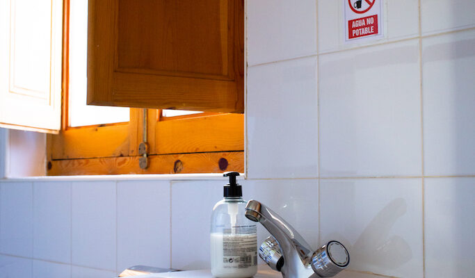 In der Cabaña Robinson findest du selbstverständlich ein geräumiges, hell gefliestes Badezimmer mit Duschwanne, WC und Waschbecken
