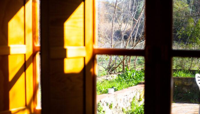 Sol de mañana entrando en la ventana de la Cabaña Robinson