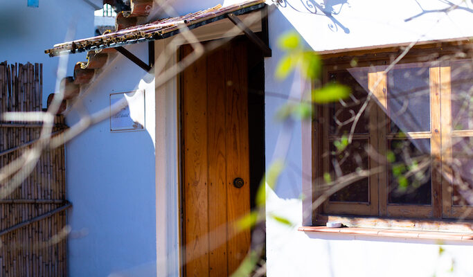 The wooden entrance door to our charming Cabaña Robinson is already open for you.