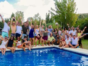 Festival en la piscina con todos los amigos